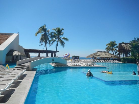 Park Royal Ixtapa:                   The pool is wonderful and everything is spotless!