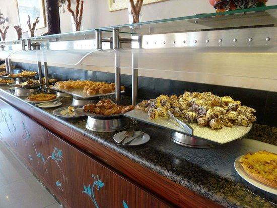 Amwaj Oyoun Hotel & Resort: Breakfast pastries