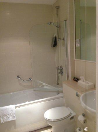 Premier Suites Nottingham:                   Family Bathroom