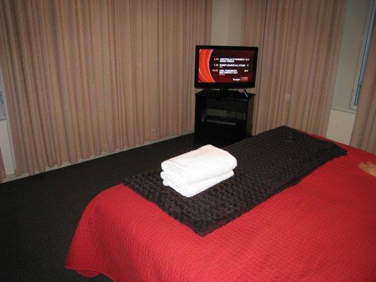 Highlander Apartments Melbourne : Bedroom TV