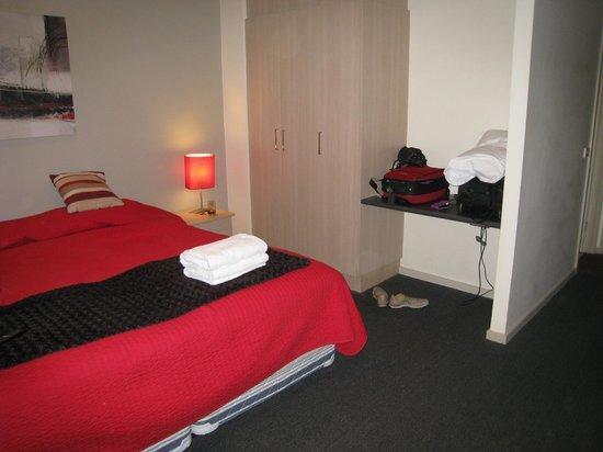 Highlander Apartments Melbourne : Bedroom Wardrobe and luggage area