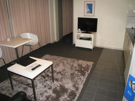 Highlander Apartments Melbourne : Living area - tv and dvd