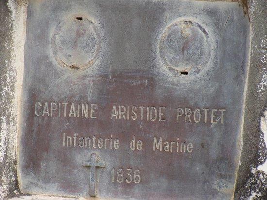 Hotel Carabane:                   Lápida del Capitán Protet