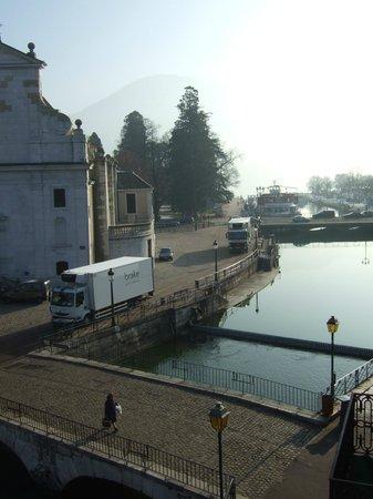Hôtel Du Palais de l'Isle :                                     Vue sur l'embarcadère du lac (en se penchant)