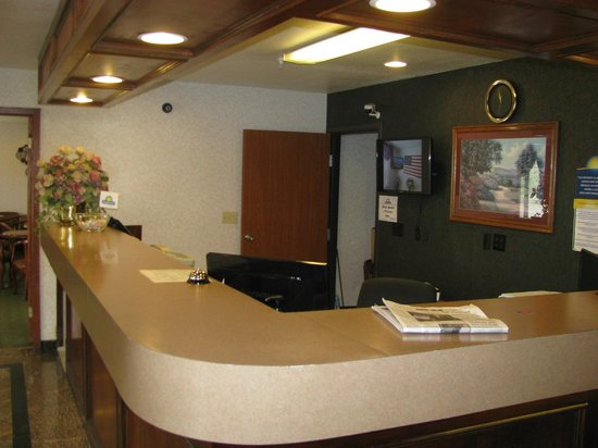 Days Inn & Suites Brinkley: Front Desk