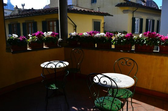 Botticelli Hotel: κοινόχρηστη βεράντα στο 2ο οροφο