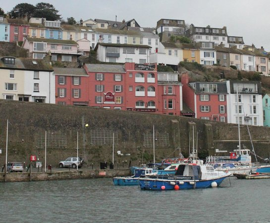 Quayside Hotel: Hotel from across the harbour