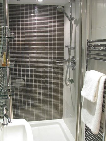 Harington's City Hotel: Shower and towel warmer (it works!), room 11