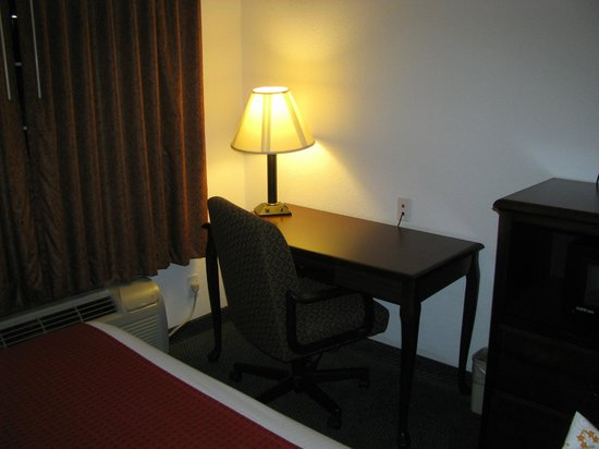 Super 8 Hillsboro TX: Desk