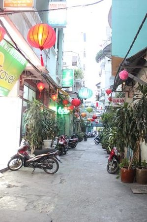Dai Huy Hoang hotel: hotel road (alley way)