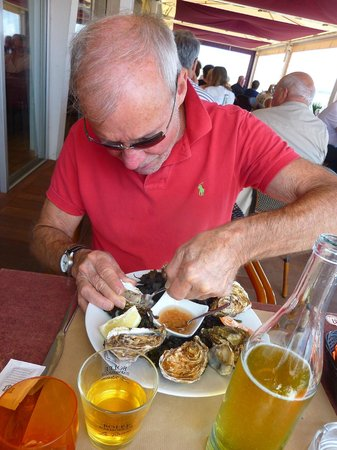 l'Escale:                                     Shucking oysters