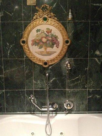 Grand Hotel Des Iles Borromees: bagno ...che mi sembrava un po' di essere a Versailles e un po' alle Nazioni Unite :-)