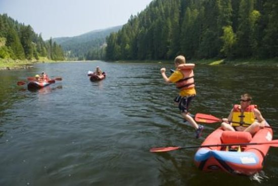 River Dance Lodge: Kayaking and Playing