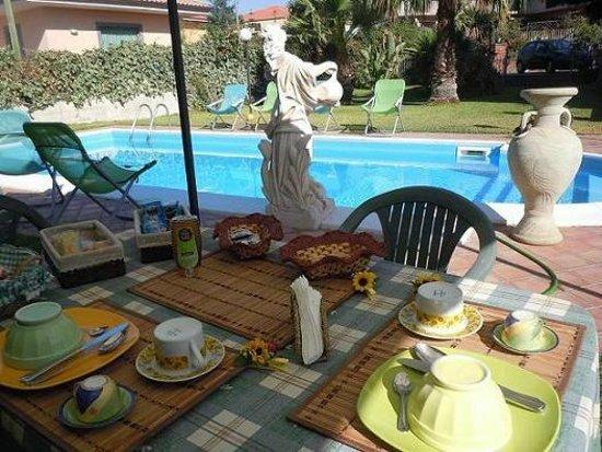 Villa Papale: Colazione a bordo piscina