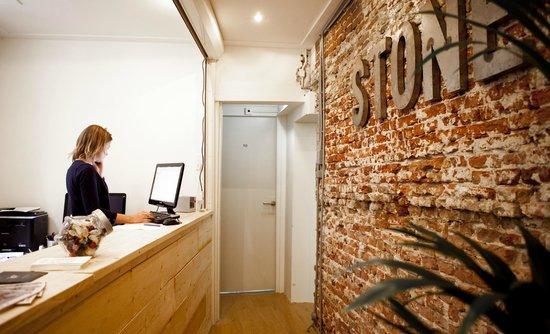 Stone Hotel & Hostel: Reception