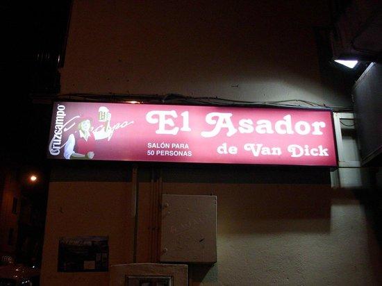 El Asador de Van Dyck:                   L'entrée du bar à tapas