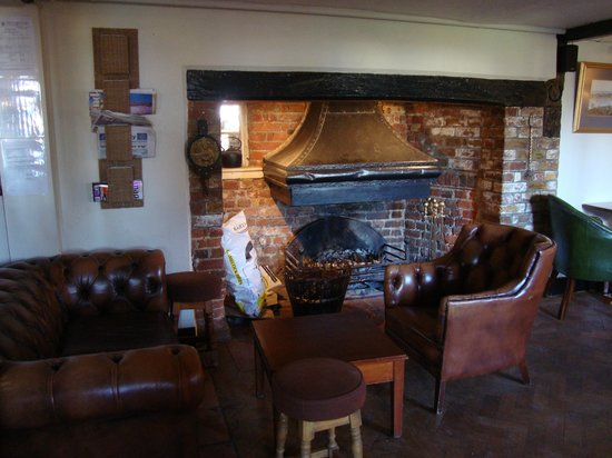 The Potters Arms: The fireplace in the main lounge