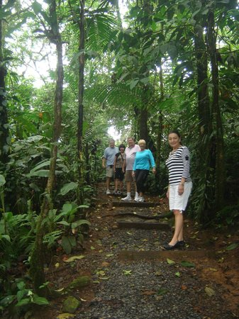 Rio Celeste Hideaway Hotel:                   Pathway to river from hotel