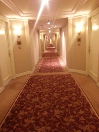Crowne Plaza Hotel Jakarta: Corridor to the room