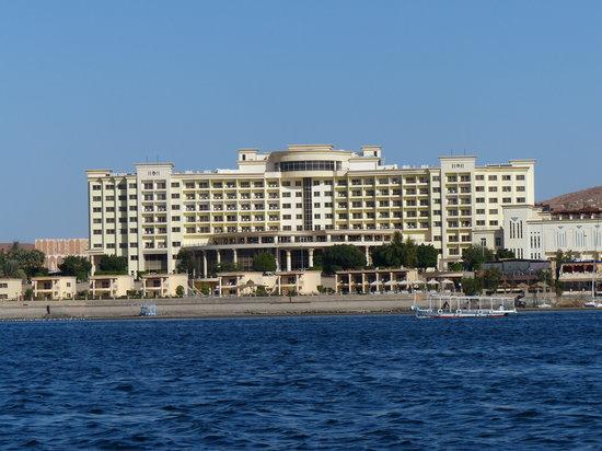 Helnan Aswan Hotel: El hotel visto desde el Nilo