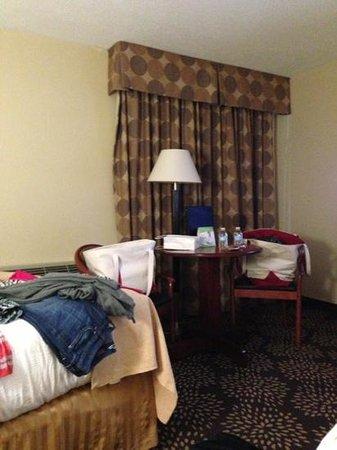 Holiday Inn Charleston Riverview :                   imagine a musty old smell- that's what is here