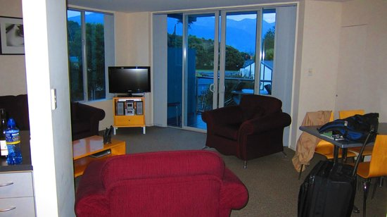Kaikoura Apartments:                                     View from Hallway into Living room