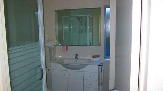 Kaikoura Apartments:                                     Bathroom #2