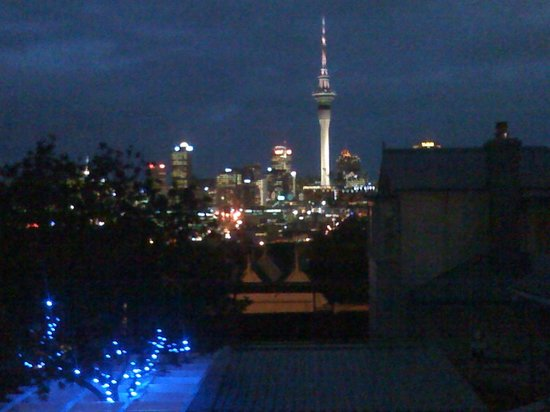 Red Monkey Ponsonby Manor:                   Night view of downtown Auckland from the first floor at the Ponsonby Manor
