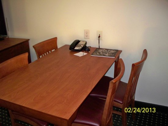 TownePlace Suites Baltimore BWI Airport: Table for Four