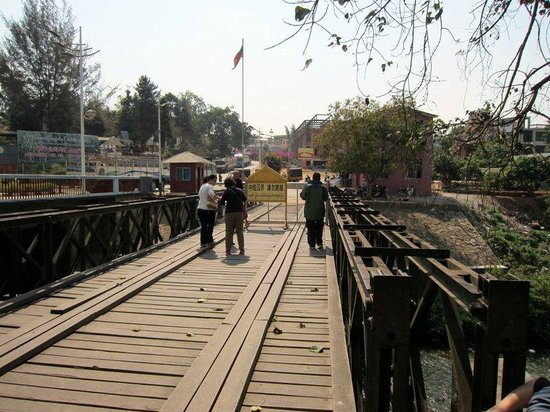 Ruili, Trung Quốc:                   The old bridge