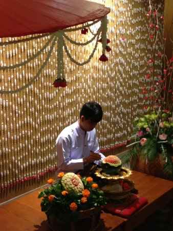 Siam Niramit Phuket: Doing flower from water Mellon Siam Niramit restaurant