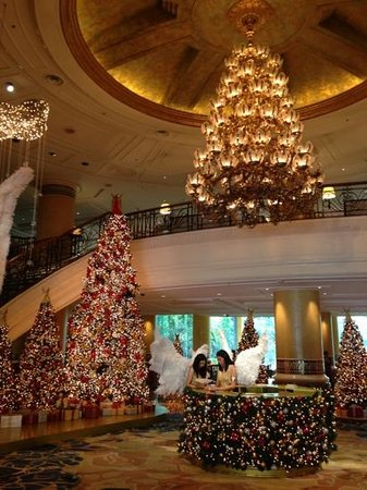 Makati Shangri-La Manila: The grand foyer during Christmas