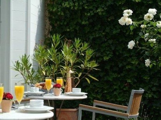 Anselmus Hotel: Breakfast in the garden ...
