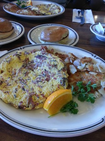 Langer's : Pastrami omelet with hash brown potatoes and egg bagel