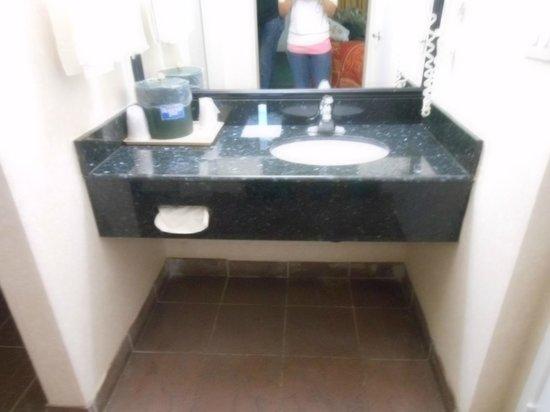 Rodeway Inn Cypress:                   Separate sink