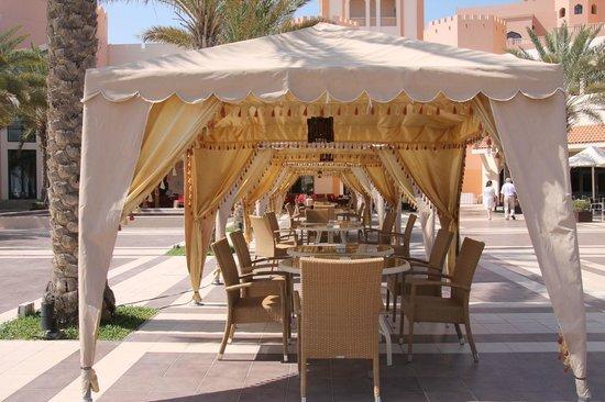 Shangri La Barr Al Jissah Resort & Spa-Al Bandar: Covered tables on the Courtyard