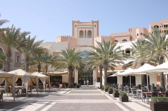 Shangri La Barr Al Jissah Resort & Spa-Al Bandar: Courtyard with restaurants