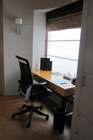 Hilton Kuala Lumpur:                   Desk