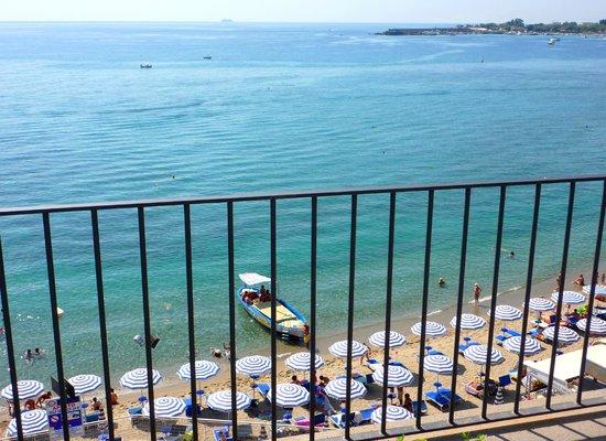 هوتل بالاديو: la spiaggia sotto l'hotel Palladio con il nostro lido convenzionato