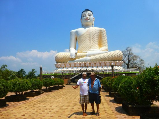 Wunderbar Beach Club Hotel : Visiting Buddha on Dens Birthday with Si-Si our tuk-tuk driver