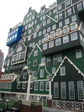 Inntel Hotels Amsterdam Zaandam:                   Dit zie je als je buiten het station komt