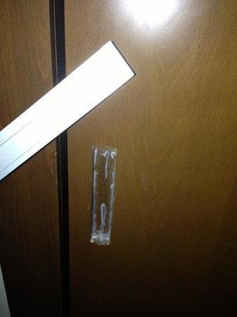 Grand Millennium Al Wahda:                   broken door handles in bedroom