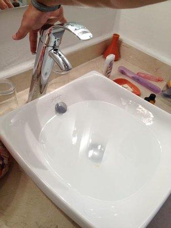 Kenzi Club Agdal Medina:                   lavamanos con tapón dañado durante to la estadía