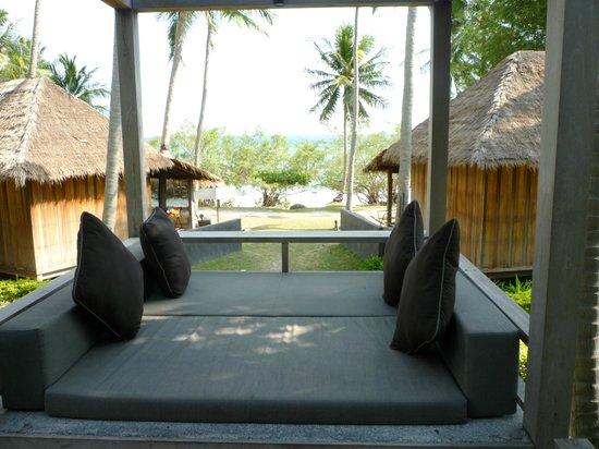 Haadtien Beach Resort:                   Sala unserer Villa mit Blick aufs Meer