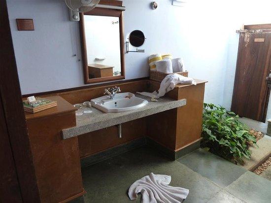 Kumarakom Lake Resort: Pool Villa bathroom