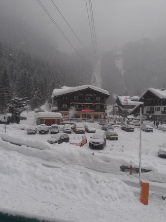 Hotel Neige et Roc :                   hotel from the gondola