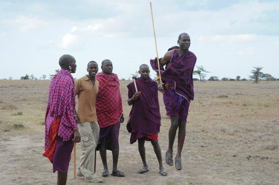 Porini Rhino Camp:                                     Guerriers Masai avec notre guide Benjamin (Sakita)