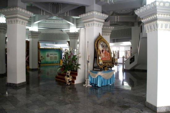 Wat Yansangwararam:                   Grabmal von innen.