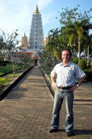 Wat Yansangwararam:                   Am weissen Tempelturm.
