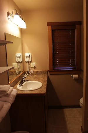 Historic Tamarack Lodge: Full-size bath in our Family Cabins